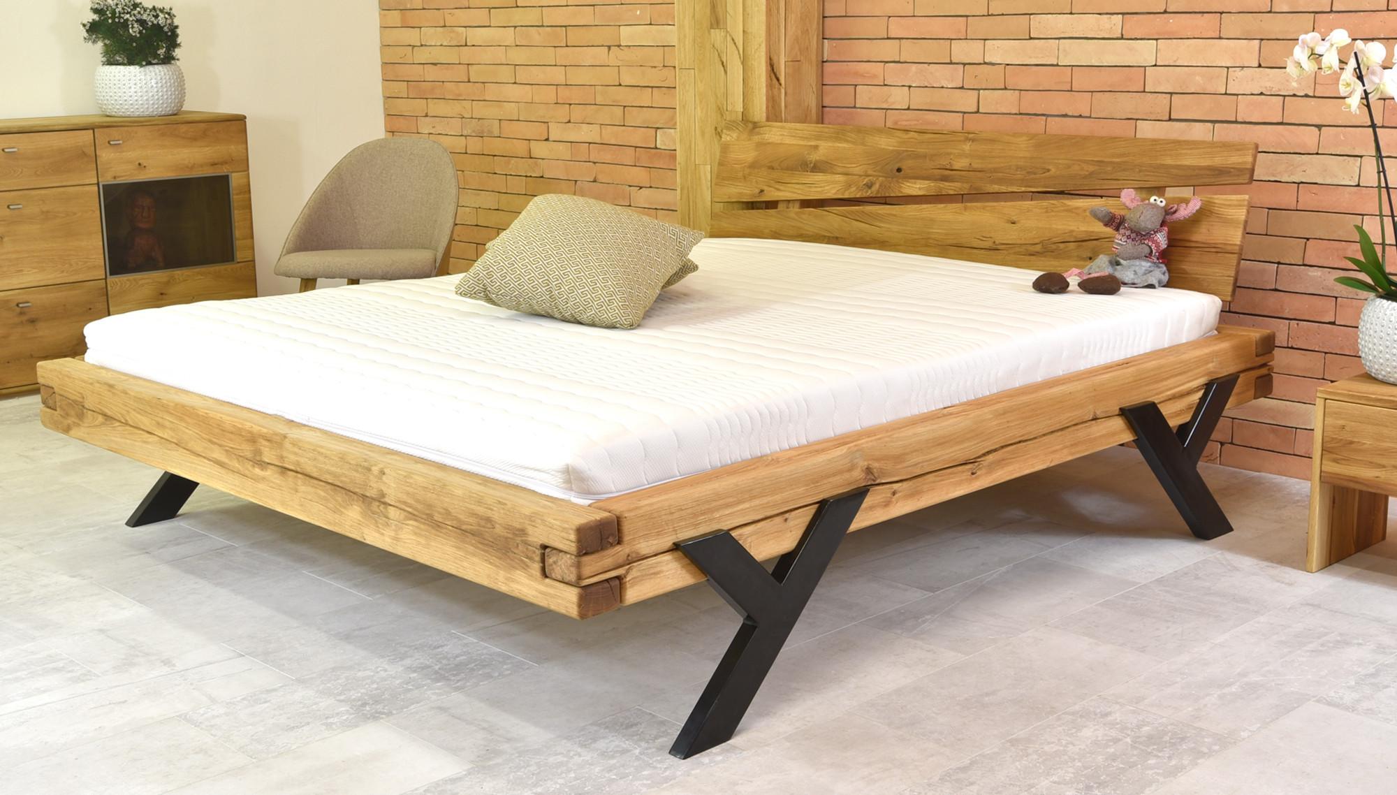 Modernes Doppelbett aus Eiche mit Stahlbeine in Y-Form ...